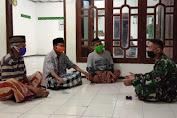 Satgas TMMD Reg 109 Sempatkan Komsos dengan Imam Masjid