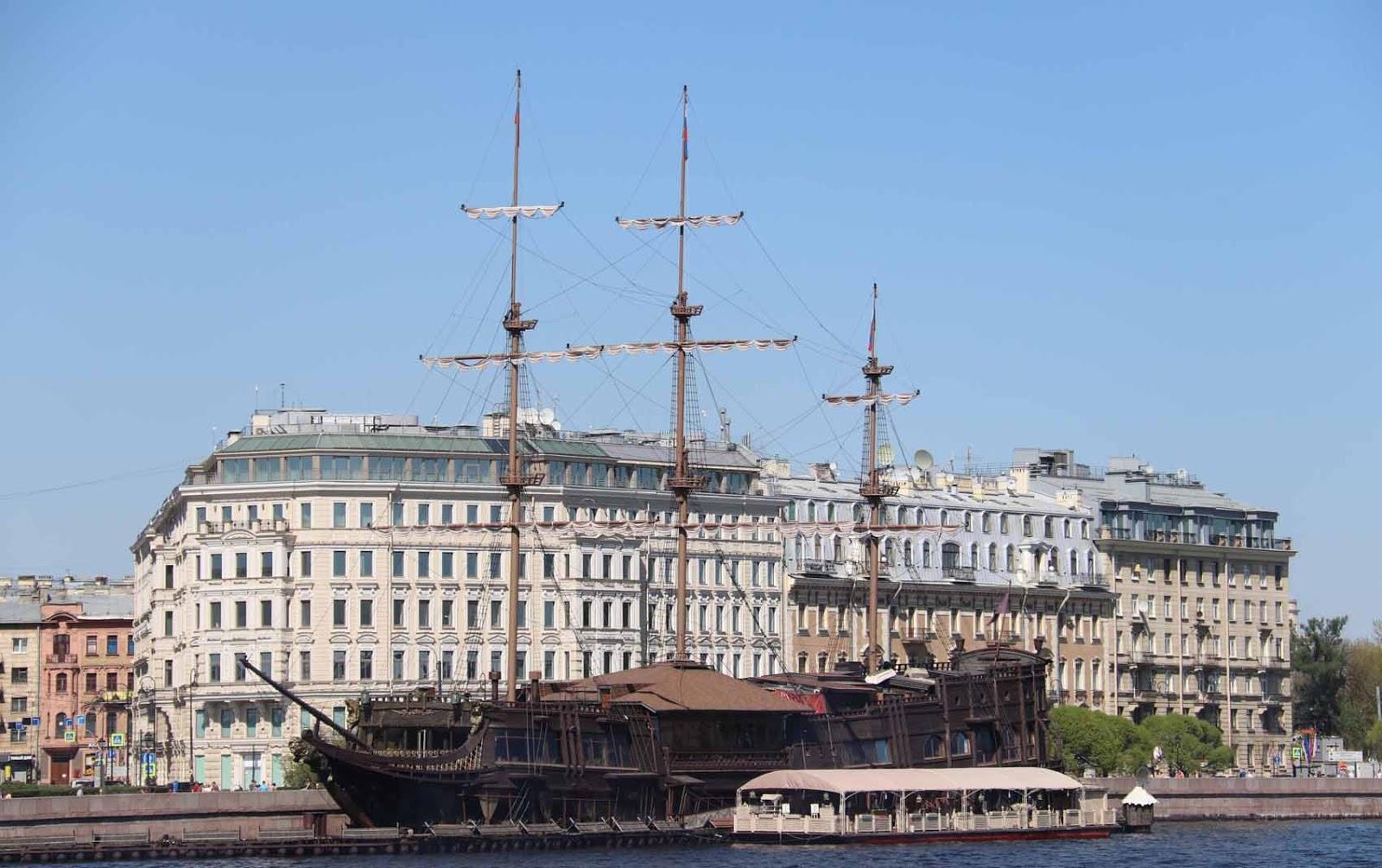Laiva Neva-joen varrella
