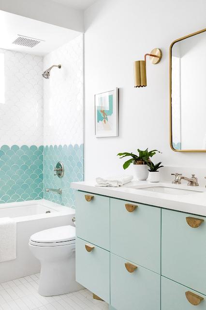 banheiro decorado sob medida verde e dourado