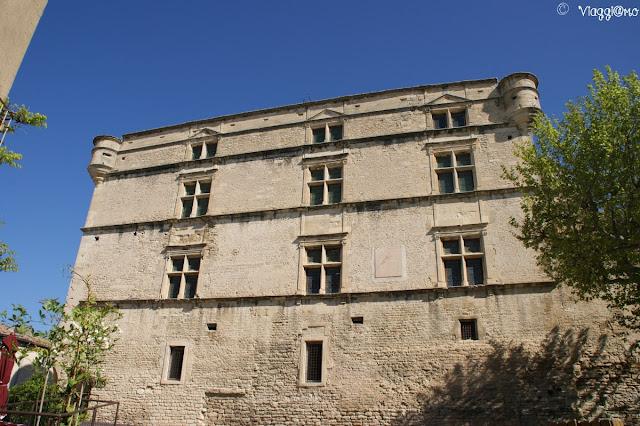 La facciata del castello del paese di Gordes