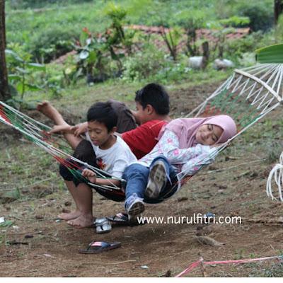 Anak-anak Berwisata di Hutan Pinus Cikole Bandung