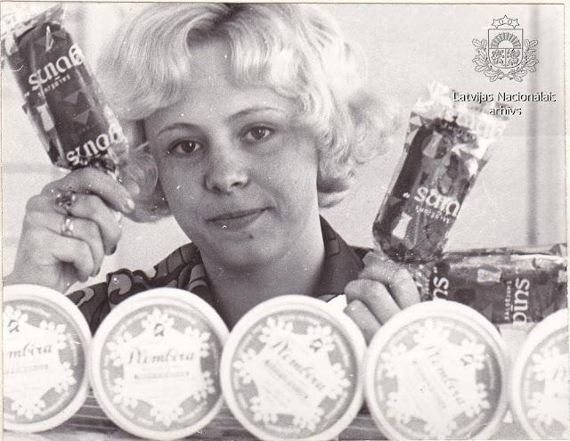 1975 год. Rīgas piena kombināta laboratorijas darbiniece Tatjana Skorika demonstrē kombināta produkciju