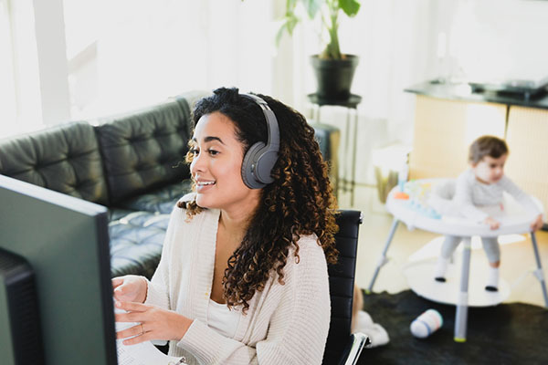 woman conducting effective virtual performance review