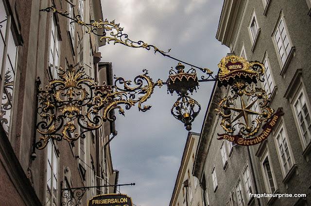 Letreiros em ferro de uma loja de Salzburgo