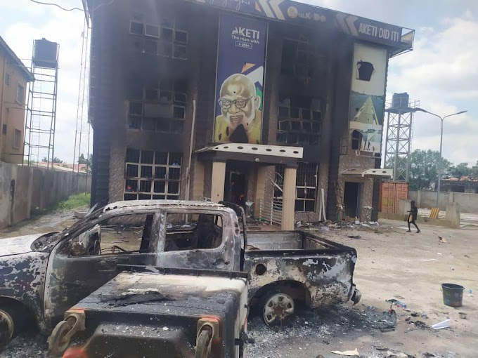 Mob raze Governor Akeredolu's office in Akure (photos)