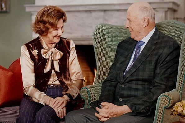 Royal Court has released official photos of King Harald and Queen Sonja. King Haakon and King Olav. Sonja wore a silk blouse and velvet vest