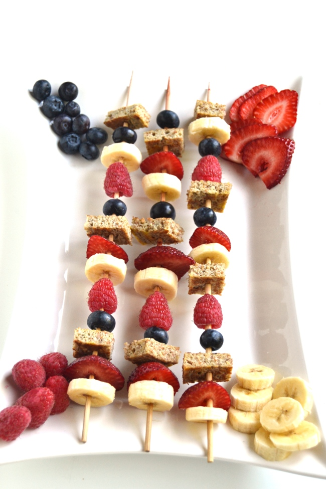 French Toast Kebabs with Chocolate Hazelnut Drizzle are a simple and fun brunch recipe that is loaded with fresh bananas, strawberries, raspberries and blueberries! www.nutritionistreviews.com