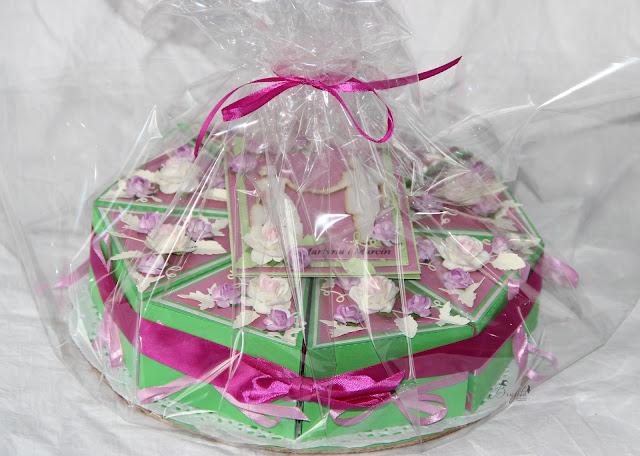 papierowy tort, pomysł na prezent na wesele, tort z różami, jak zapakować prezent na wesele, inspiracje weselne, kartka na ślub