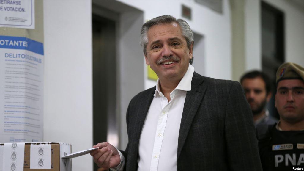 El resultado de los comicios podría impactar el lunes en los mercados, que tienen a Macri como su candidato favorito y temen que Fernández pueda virar hacia una mayor intervención estatal / REUTERS