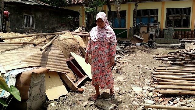 Berharap Kepedulian Pemerintah, Miris Rumah Ibu Sopinah Roboh, Kades Belum Kunjungi