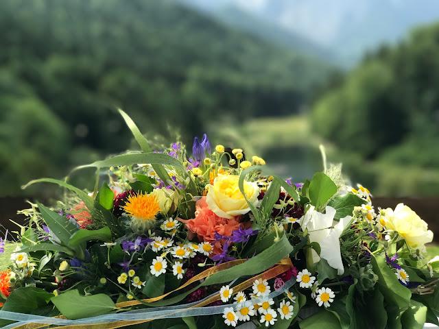 Bunte Wiesenblumenhochzeit im Riessersee Hotel Garmisch-Partenkirchen, heiraten in Bayern, zwei Bräute, Regenbogen