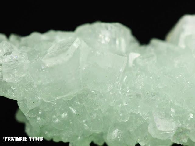 Apophyllite on Prehnite pseudomorphs after Laumontite Bombay Quarry, Mumbai, Maharastra, India ローモンタイト仮晶