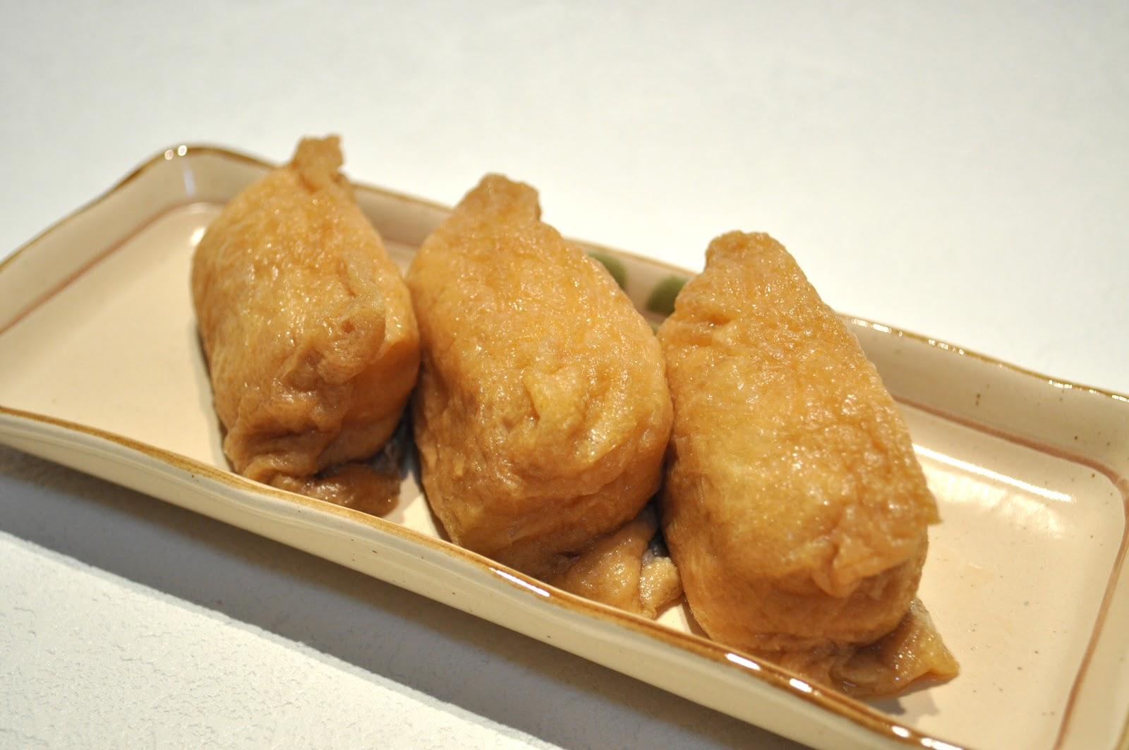 細長い皿に関東風の稲荷寿司が四つ並んで載っている