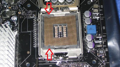 2. Pada socket mobo, hilangkan pembatas pada socket 775 (lihat gambar).