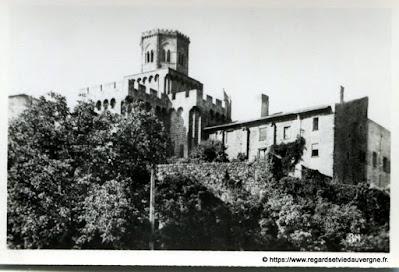 Vue de Royat, hier,  noir et blanc Royat, l'église fortifiée.