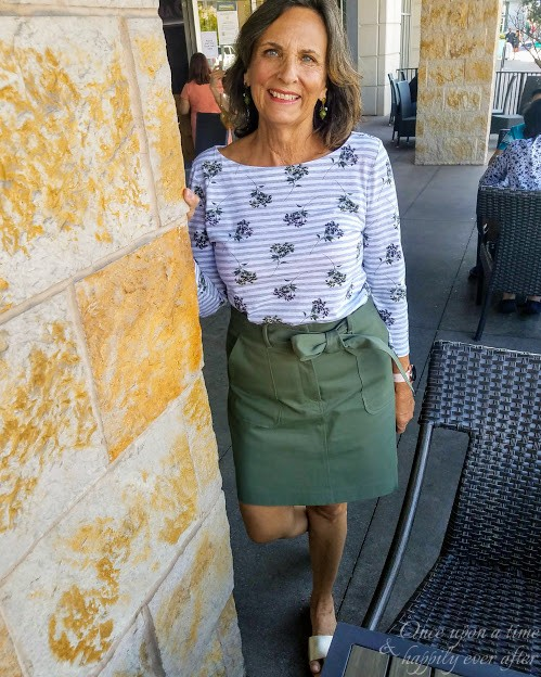 60 plus fashion blogger Leslie Clingan in green cargo skirt and print top