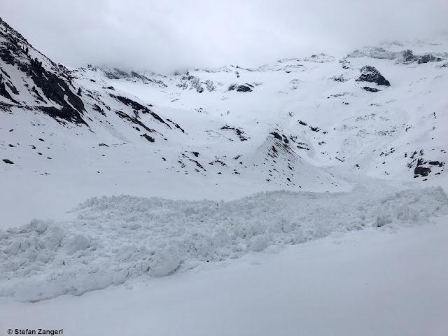 Ablagerung einer nicht mehr ganz frischen Schneebrettlawine in der Großvenediger-Region Nord 2600m. Kurzfristiger Wärmeeintrag als möglicher Auslöser (Foto: 21.05.2021)