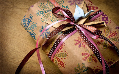 gift-box-holiday-ribbons-origami-paper-photo-wallpaper-1680x1050
