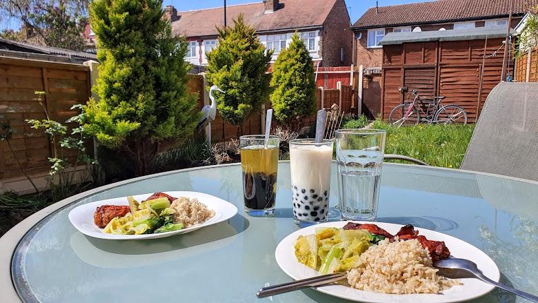 在花園與朋友享用午餐