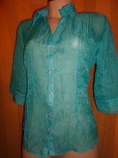 blusa em poliéster transparente azul piscina meia manga com botões na frente