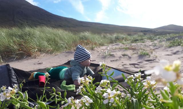 Vauva rannalla, vuori, sininen taivas, hiekkaranta, rantapeitto