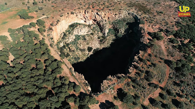 Ο εκπληκτικός γιγάντιος κρατήρας της Αττικής σε σχήμα καρδιάς Up'ο ψηλά (βίντεο drone)