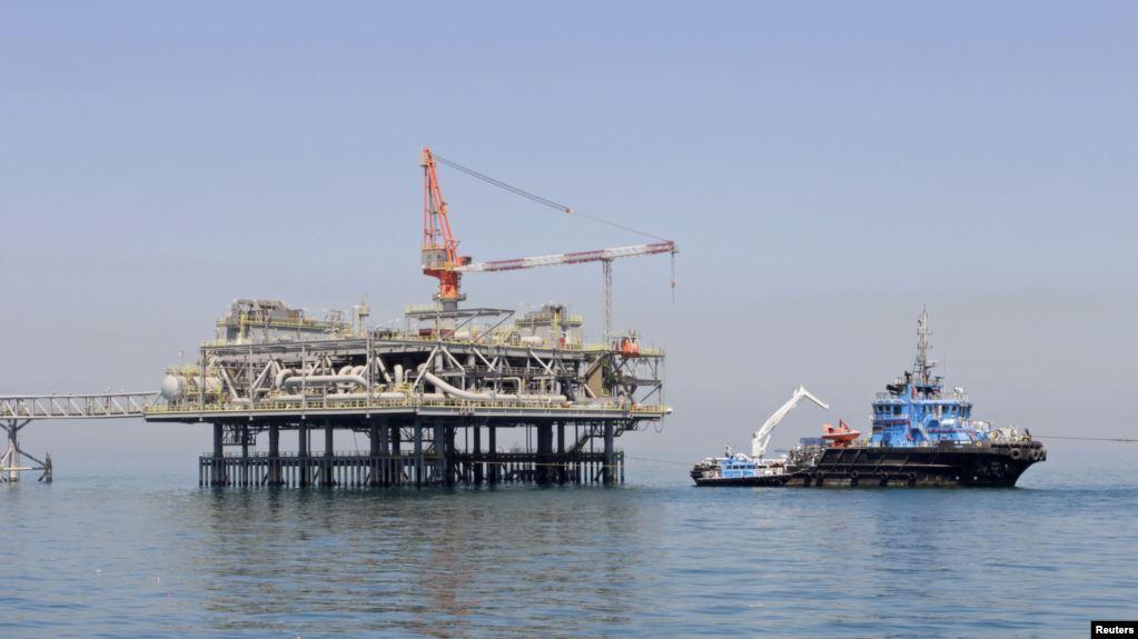Archivo - Plataforma petrolera en el Golfo del Medio Oriente / REUTERS