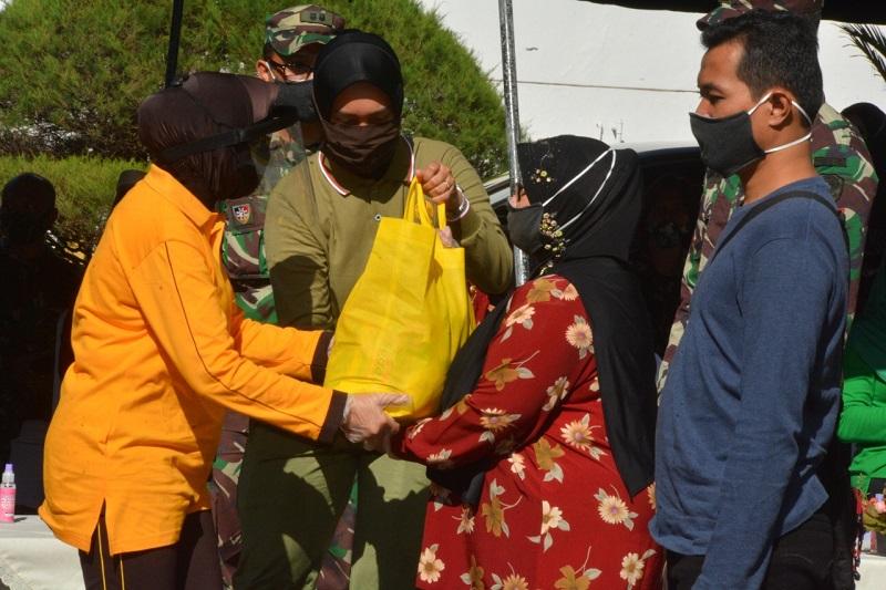 Ketua Dharma Pertiwi Daerah C Beri Bantuan Kebutuhan Spesifik Kepada Kelompok Rentan Terdampak Covid-19