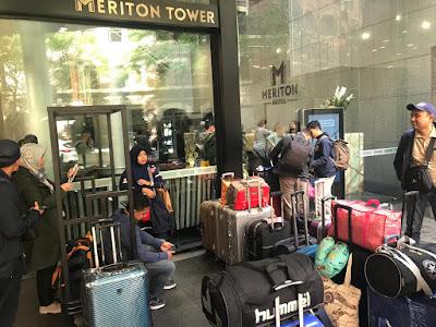 Depan lobi Apartemen Meriton Suites Sydney Australia