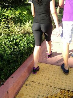 Chica haciendo ejercicio leggins transparentes calzon visible