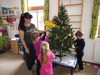 Školka zdobí stromeček
