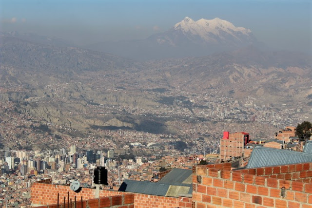 L'enorme La Paz ed i suoi edifici in mattoni rossi