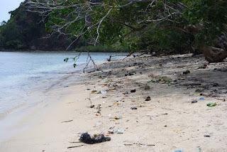 sampah beserakan di pantai pulau pasumpahan