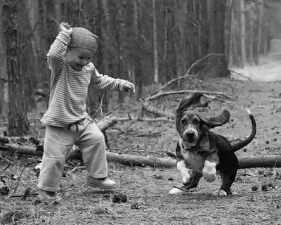 Niño y perro corriendo por la padrera