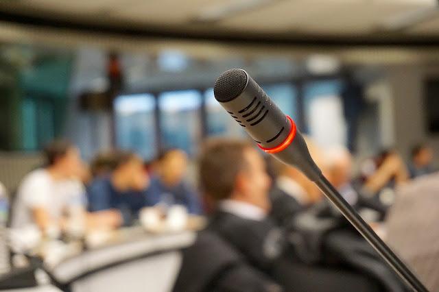 Menggunakan Mini Microphone Atau Wireless Earphone