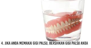Jika anda memakai gigi palsu, bersihkan gigi palsu anda untuk mengatasi Masalah Bau Mulut
