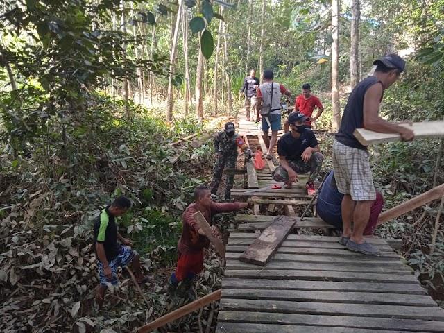 Jembatan Rusak Parah, Satgas Pamtas Yonif 642 Ajak Warga Gotong Royong