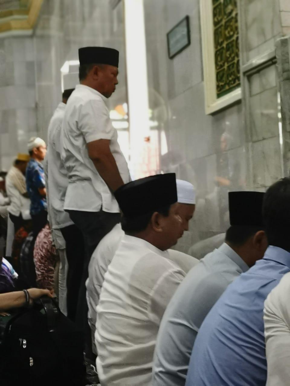 Prabowo (Nekat) Shalat Jum'at, Banteng Sekarat!