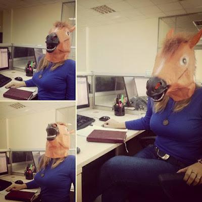 Lustige Frauen Bilder - Pferdemaske im Büro