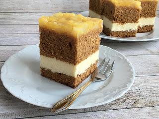 Pyszne ciasto z miodem przełożone serem