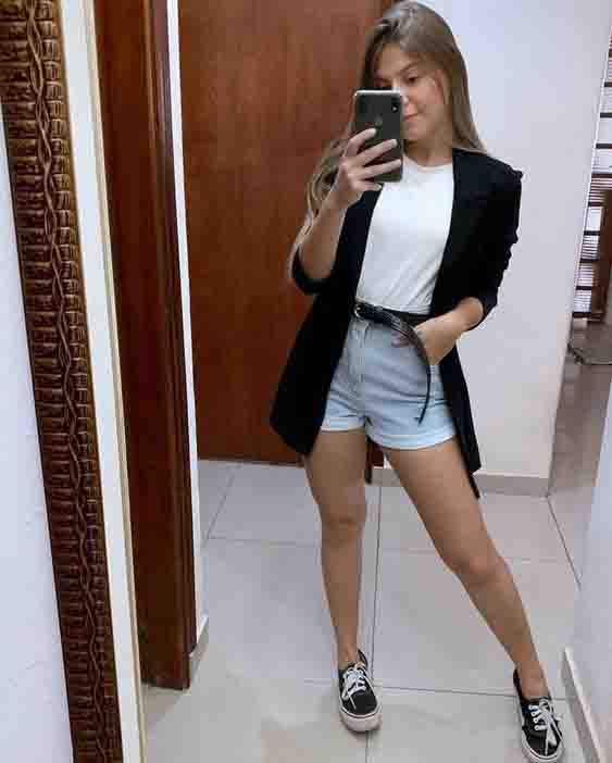 Short mom jeans com blazer alongado e vans