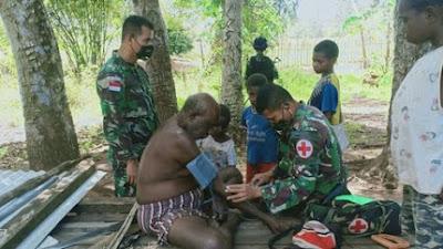 Prajurit Satgas Pamtas Yonif 125 Beri Layanan Kesehatan Warga di Kampung Kondo