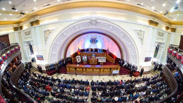 """La Asamblea Nacional (AN) promulgó este martes, en sesión ordinaria, la Ley Derogatoria de la Ley de Regularización de los Periodos Constitucionales y Legales.   Con esta decisión, los nuevos rectores del Consejo Nacional Electoral (CNE) podrá convocar para este año una mega-elección de gobernadores y alcaldes.  El presidente del Parlamento, Jorge Rodríguez, instó a enviar la ley al presidente Nicolás Maduro, para su promulgación.  """"Este año 2021 vamos a escoger alcaldes, alcaldesas, gobernadores y gobernadoras (….), es importante que avancemos. No hay obstáculos"""", expresó Rodríguez durante su intervención  Durante la sesión, el presidente de la Comisión Permanente de Política Interior, Pedro Carreño, enfatizó que, tras la primera discusión, se adicionó una disposición, en el que se establece que la nueva Ley que deroga la anterior, estará vigente a partir de su publicación en Gaceta Oficial.  """"Esperamos que sea aprobada en esta cámara para abrir los campos en el avance irreductible de la paz; mientras unos juegan a la guerra nosotros avanzamos en la paz y la expresión del pueblo de Venezuela a través de los procesos electorales"""", recalcó el parlamentario del Gran Polo Patriótico.  Por su parte, el diputado opositor de la AN, Juan Carlos Alvarado, aseveró que su partido político, está dispuesto a """"respaldar con la única intención de que el pueblo de Venezuela sepa que somos diputados que siempre creemos en la solución del conflicto político y electoral, que debe ser cívico, ejerciendo nuestro derecho"""". AVN"""