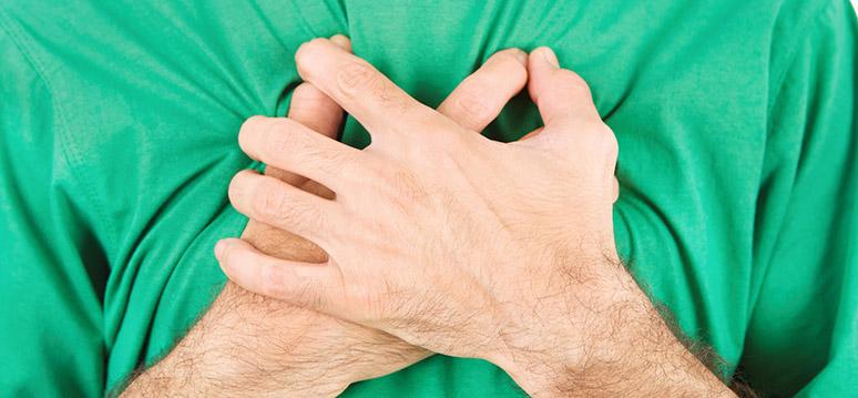Gesto de carinho, mãos que se cruzam no peito. #PraCegoVer