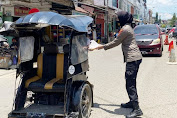 Sat Binmas Polres Wajo Bagikan Nasi Kotak ke Pengguna Jalan