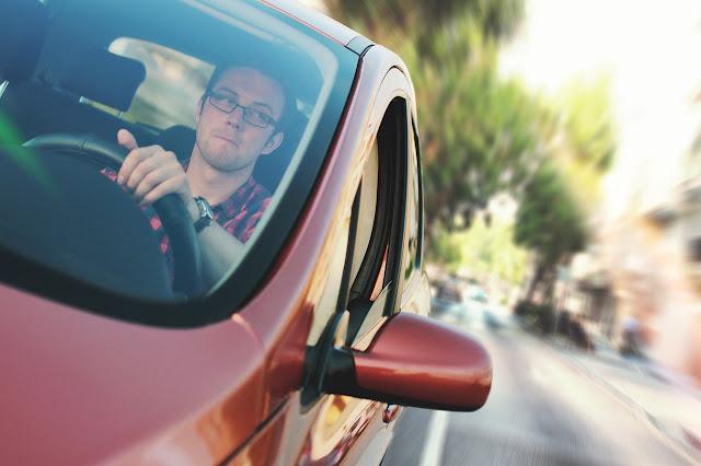 voznja-crvenog-auta-kola-momak-sa-naocarima-brzina-priroda