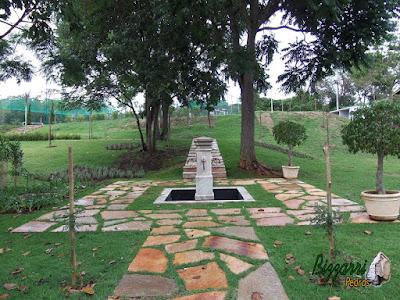 Execução do caminho no jardim com pedra Goiás tipo cacão com juntas de grama e da escada de pedra Goiás serrada com execução do paisagismo com o gramado de grama esmeralda em sítio em Piracaia-SP.