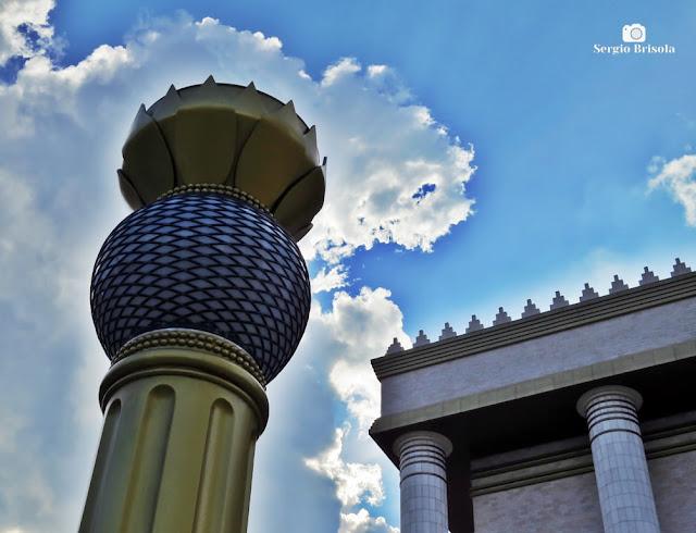 Fotocomposição com partes de coluna decorativa e a fachada do Templo de Salomão - Brás - São Paulo