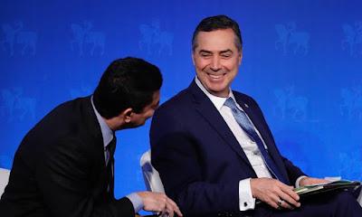 Barroso e Moro sorridentes conversando