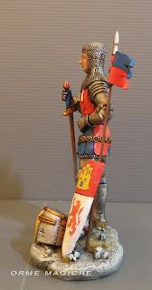 statuetta armatura con spada scudo  e stendardo statuina personalizzata medioevo uomo occhiali orme magiche